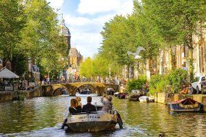 Varen op een zonnig dag in de grachten van Amsterdam